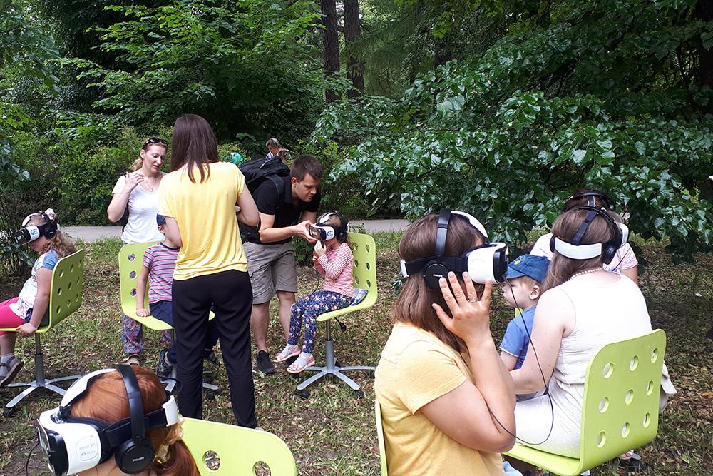 В Грачевском парке дочь сделала значок и посмотрела фильм в очках виртуальной реальности