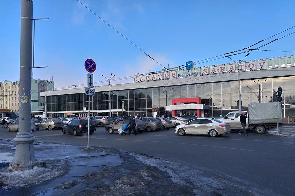 Перед вокзалом таксисты-частники игнорируют ПДД и встают в семь рядов