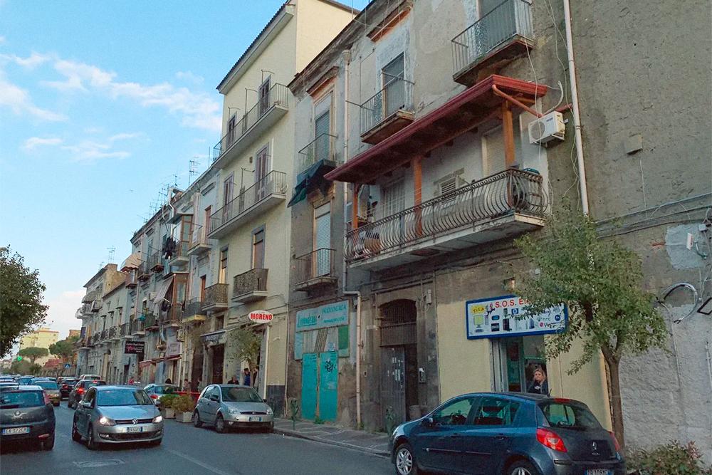 Сан-Джиованни — один из самых бедных и криминальных районов Неаполя. Здесь расположена академия