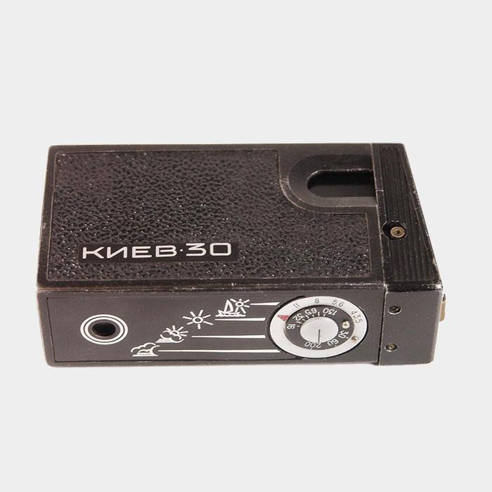 ✅ Урри из фильма «Приключения Электроника» использовал фотоаппарат «Киев-30». Камера похожа на шпионскую, но на самом деле у нее есть маленький видоискатель