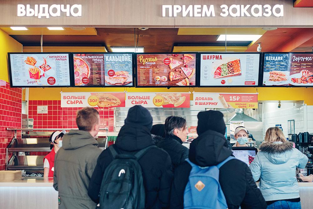 Очередь в «Грильнице». Фото: Максим Наземцев