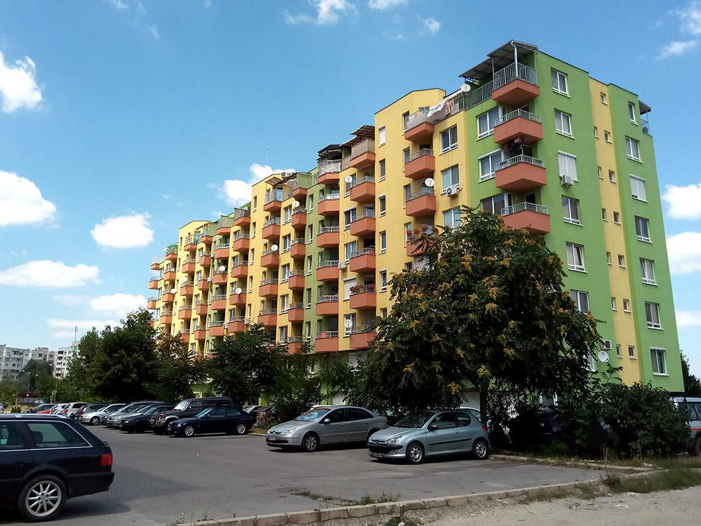 Недавно отремонтированный дом советской постройки в спальном районе Софии