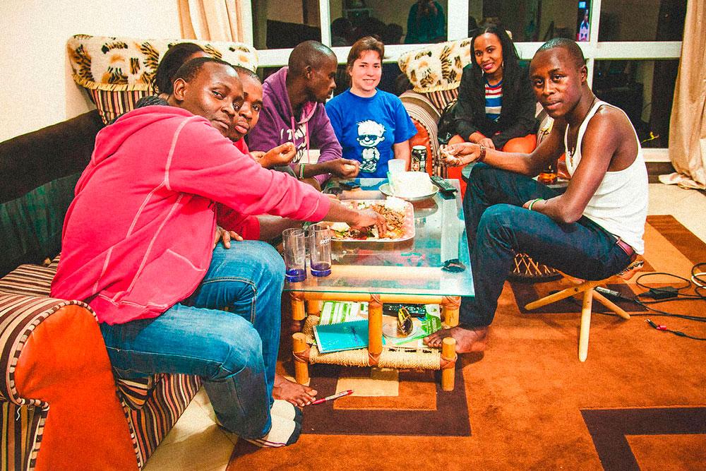 В Кении принято ужинать в кругу семьи и друзей. Мы следовали местному этикету, поэтому отказались от приборов и ели руками