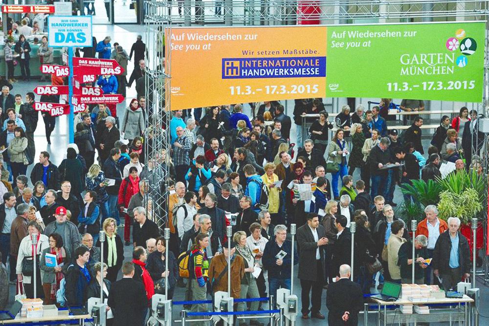 Посетители стоят в очереди на вход на выставку «Internationale Handwerksmesse» в Мюнхене в марте 2015года