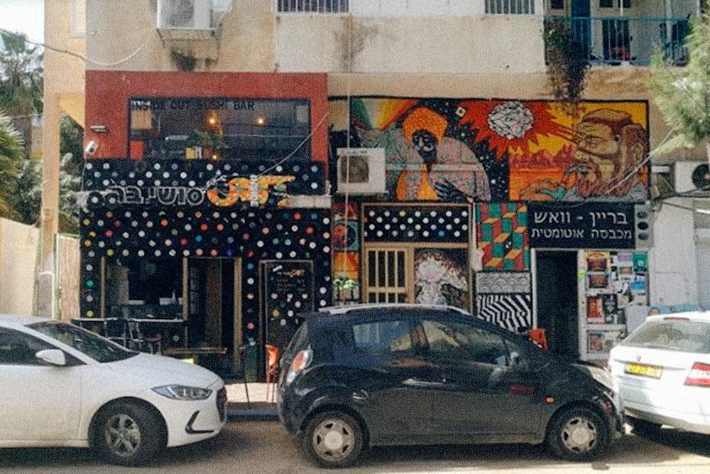 Это улица Масада в районе Адар, одном из первых еврейских кварталов Хайфы. Раньше здесь жила богема — музыканты, художники, антиквары — и студенты. Сейчас это место, где тусуется молодежь