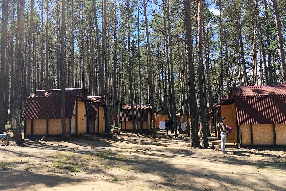 Двухместные бунгало на турбазе рядом с Максимихой. До Байкала — 200 м