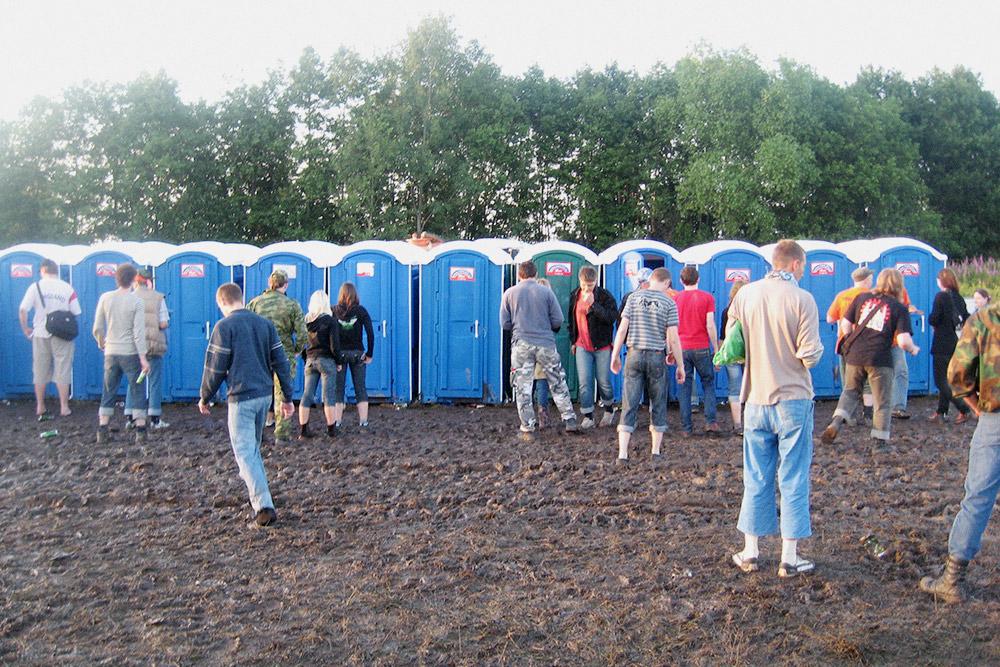 Туалеты общие, кабинок достаточно, чтобы не ждать больше 1—2 минут