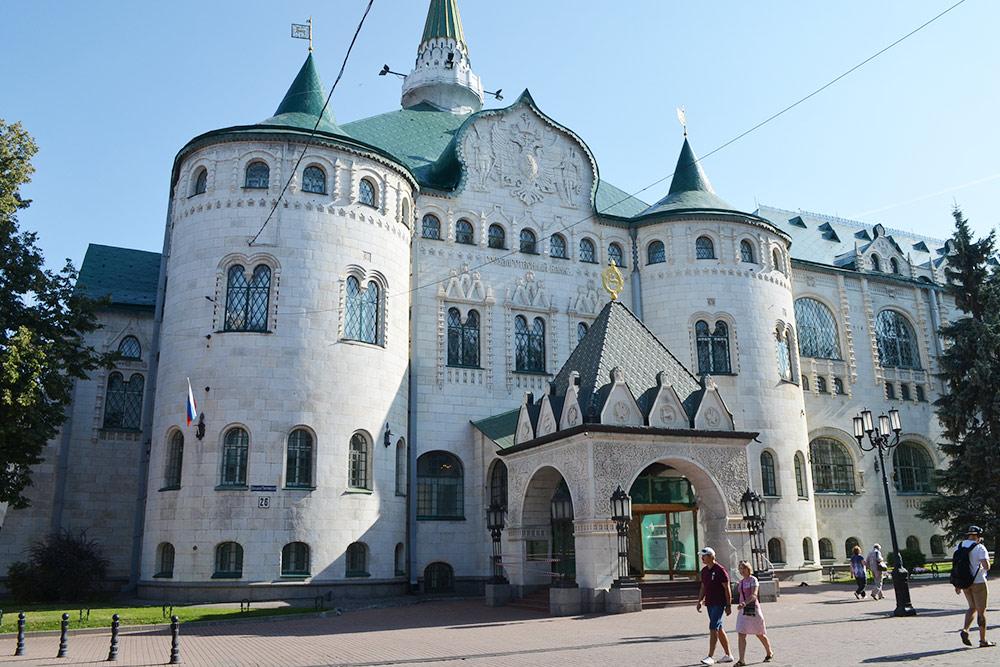 Здание Госбанка похоже на царские палаты. Построено в честь трехсотлетия династии Романовых. На открытие приезжал Николай II