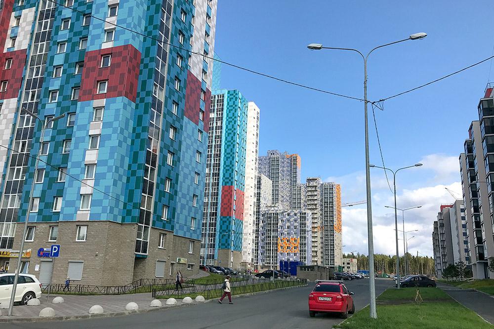 Новостройки в районе Кукковка. До центра на машине можно доехать за 10 минут, если нет пробок. Слева дома одного застройщика, справа — другого