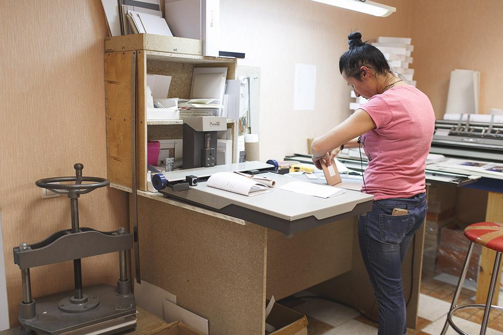 Наталья проклеивает блоки и делает мини-книжки