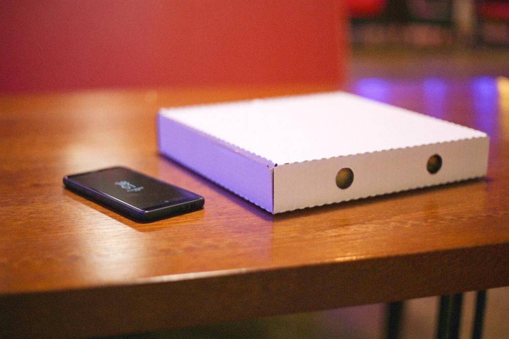 На упаковку ежемесячно тратят больше 30 тысяч рублей. Обычные белые коробки для пиццы закупают в Нижнем Новгороде. Каждая стоит от 8 до 20 рублей в зависимости от размера. Упаковку не брендируют: лучше вкусная пицца, чем красивая обертка