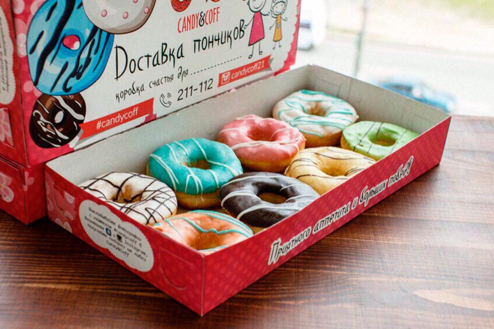 Коробки для пончиков заказываем в Санкт-Петербурге. В Чебоксарах никто не печатает упаковку нужного нам размера — 40 на 20 см. Мы специально сделали коробку больше, поскольку так и пончиков хочется больше в нее положить. В нашу помещается от 8 до 14 штук