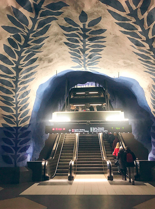 Единственное в Швеции метро находится в Стокгольме. Туристы ходят туда как в музей. На фото — T-Centralen