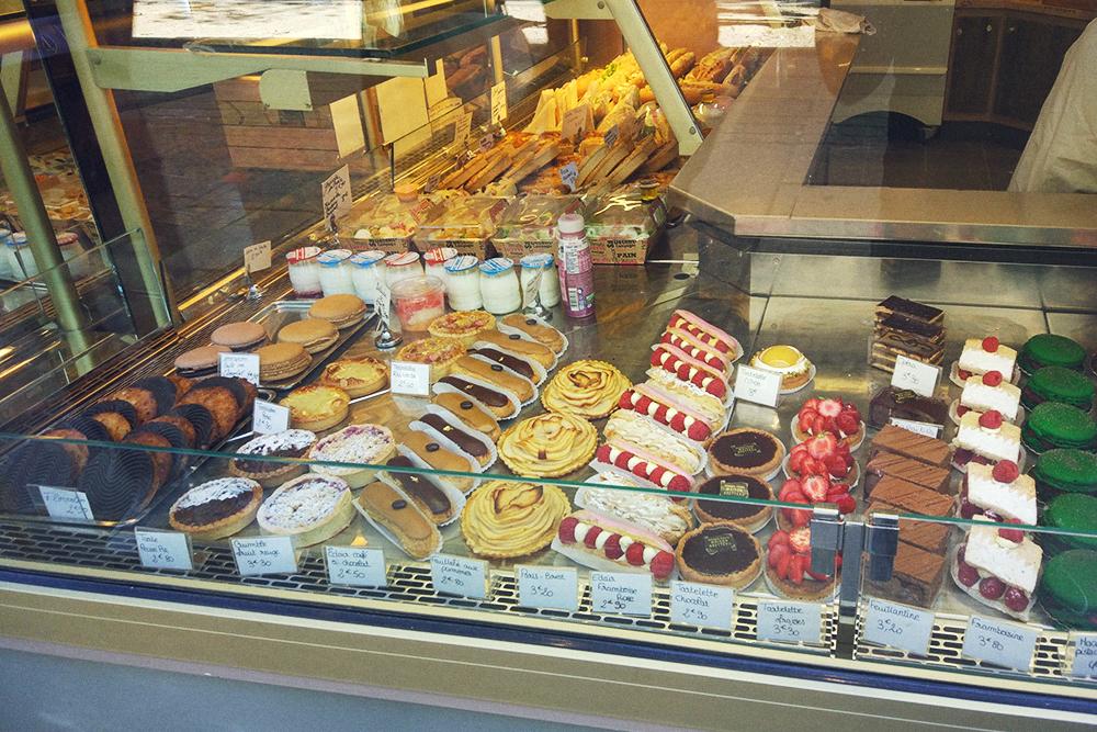 Витрина типичной булочной с пирожными за 2—3€