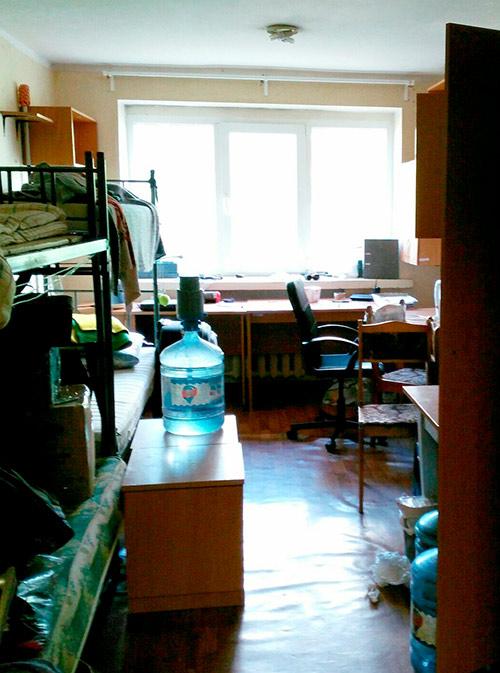 Так выглядела до ремонта комната, где Ангелина жила в первом семестре