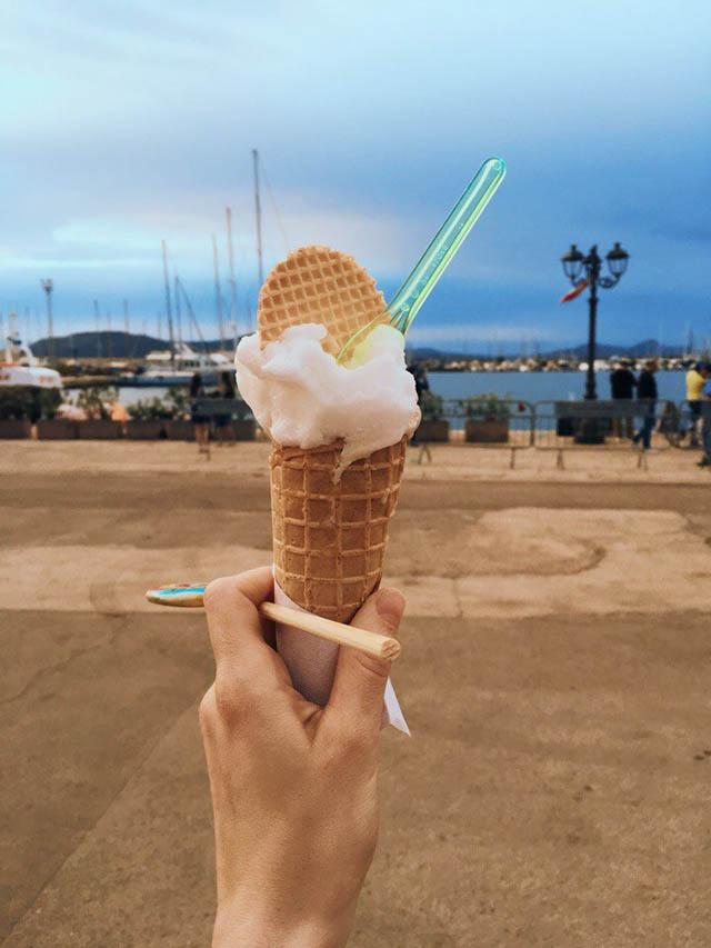 Мороженое мы покупали за 3€, оплата только наличными. Можно было получить бесплатное кошерное, которое организаторы привезли специально для нас, но пришлось бы отстоять большую очередь