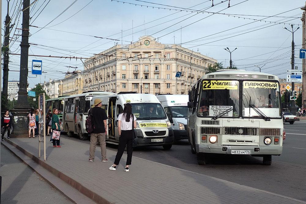 Маршрутки выстраиваются длинными рядами, ждут пассажиров, в итоге подъезд к остановке автобусов и троллейбусов затруднен. В пазики приходится забираться по высоким ступеням, мне нормально, а пенсионерам неудобно