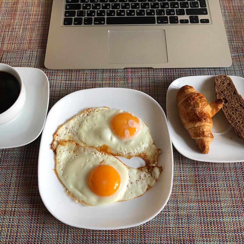 На завтрак круассан и яичница