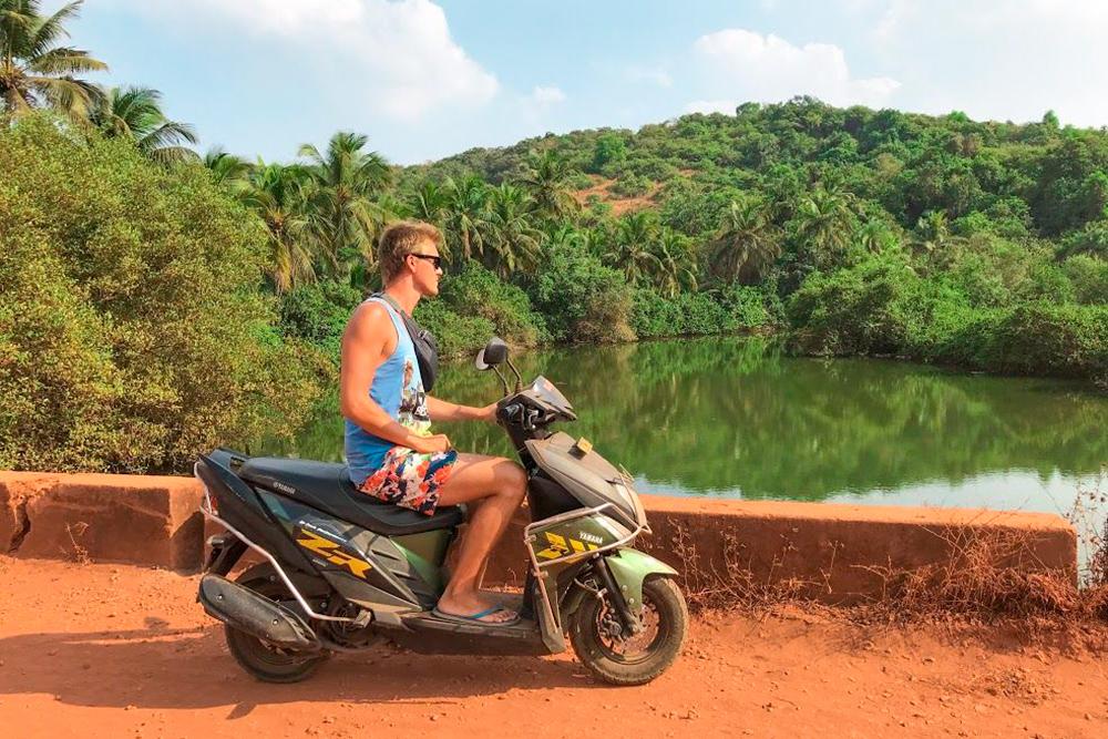 На Yamaha Ray-ZR мы вдвоем проехали за два месяца почти 1100 км. Если поездка была дальняя, то останавливались каждые 30—40 минут на отдых и разминку