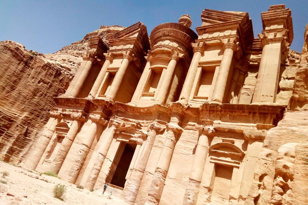 Монастырь Ад-Дэйр находится на вершине горы Джебель Ад-Дэйр. Дойти до него непросто: чтобы подняться на гору, нужно преодолеть 800 ступенек, вырубленных в камне