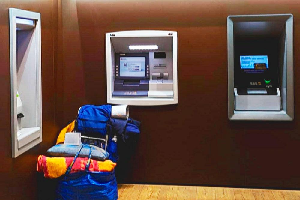 Зимой в отапливаемых помещениях длябанкоматов можно встретить людей, которые пришли сюда с вещами переночевать