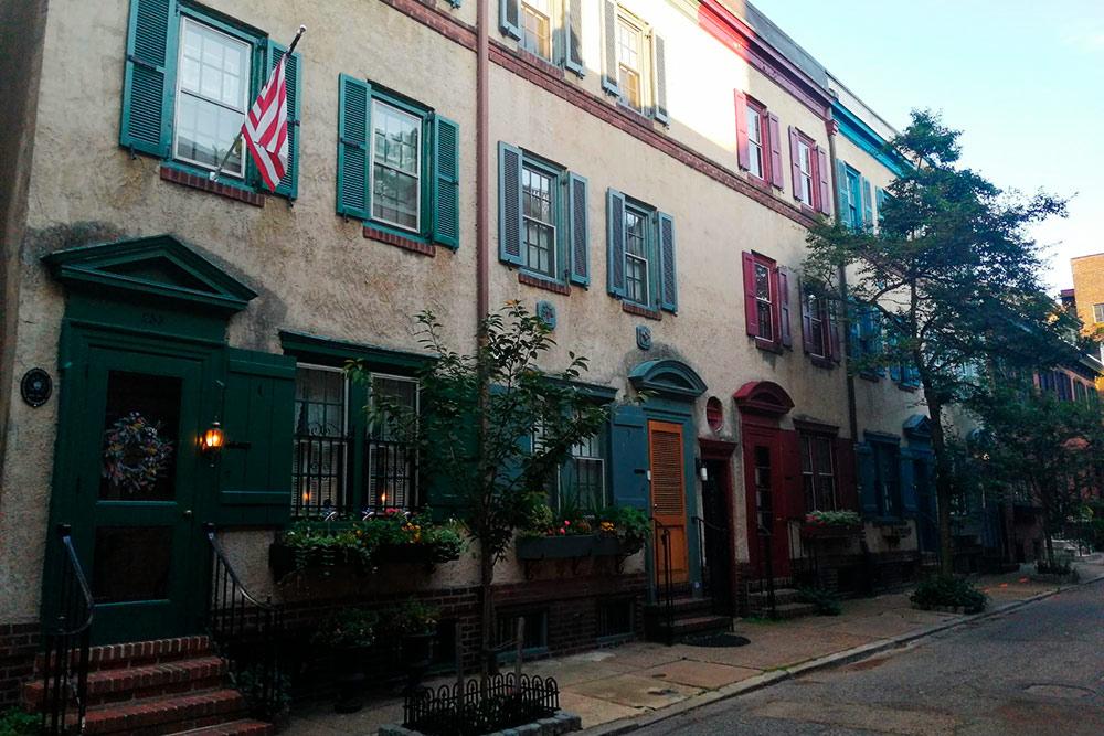 Ван-Пелт-стрит считается одной из самых красивых и дорогих улиц в Филадельфии. Она также расположена в центральной части города в районе Риттенхаус-сквер