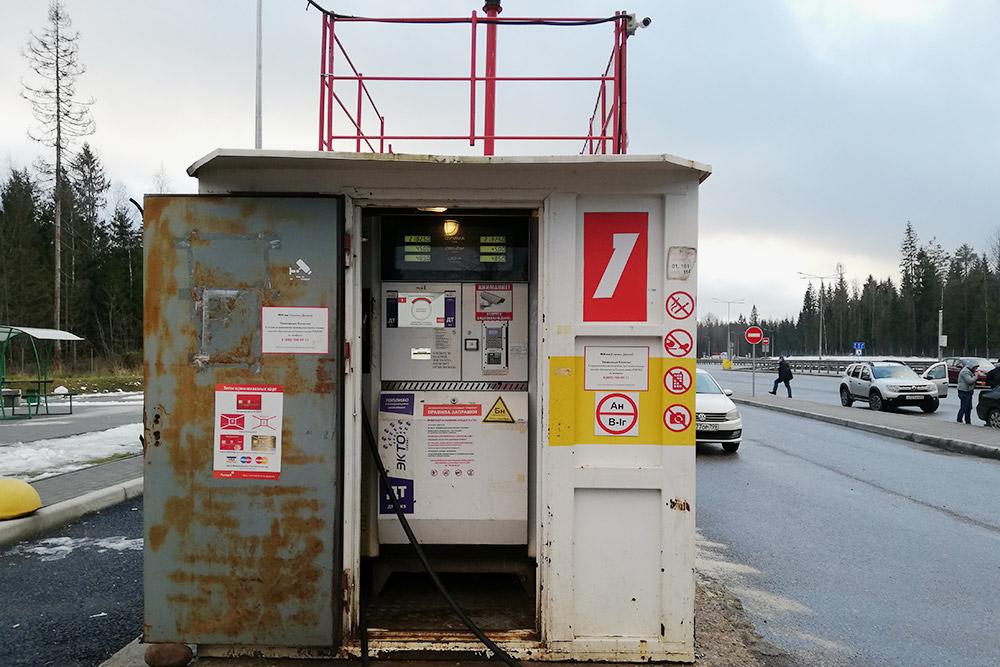 Контейнер изнутри чем-то напоминает банкомат, только там еще есть табло с информацией о ходе заправки
