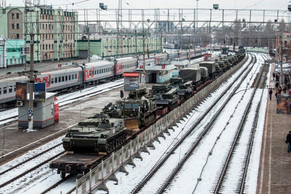 Иногда на вокзале можно увидеть много военной техники