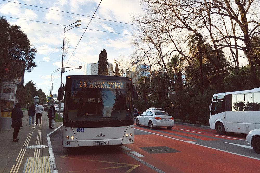Большие автобусы, как правило, муниципальные. Проезд в них чуть дороже, но комфортней, чем в маршрутках