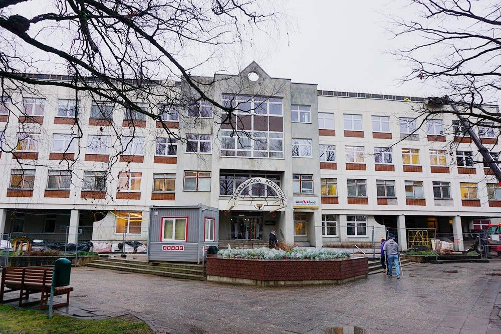 Это «клиникум» при университете в Тарту — то есть студенческая больница. Это единственный университетский госпиталь в Эстонии и единственное в стране медицинское учреждение, в котором проводятся операции по трансплантации почек, аллогенного костного мозга, печени и легких