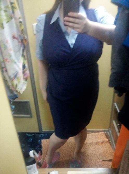 Форма на обед: голубая рубашка и сарафан с запахом