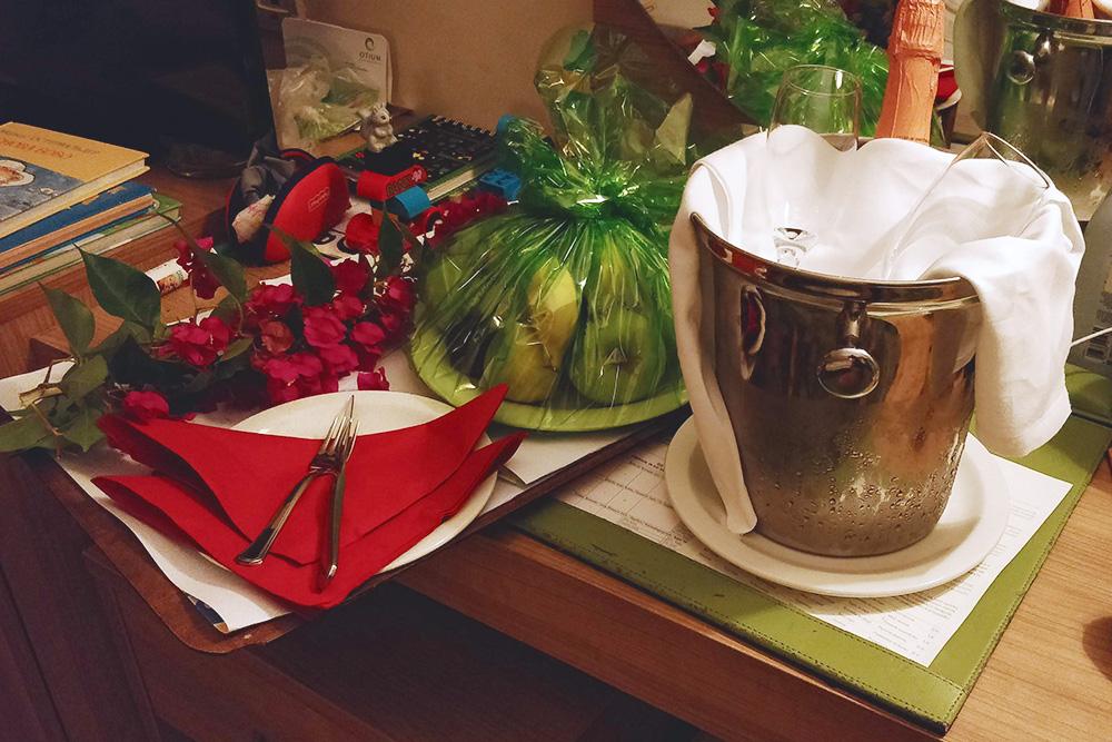 На годовщину свадьбы мы получили от отеля комплимент в номер — фрукты, цветы и бутылку шампанского, которое на деле оказалось газированным клубничным соком. Еще нам подарили сертификат — скидку 50% на массаж