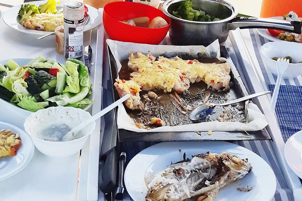 Обед на яхте со свежепойманной рыбой