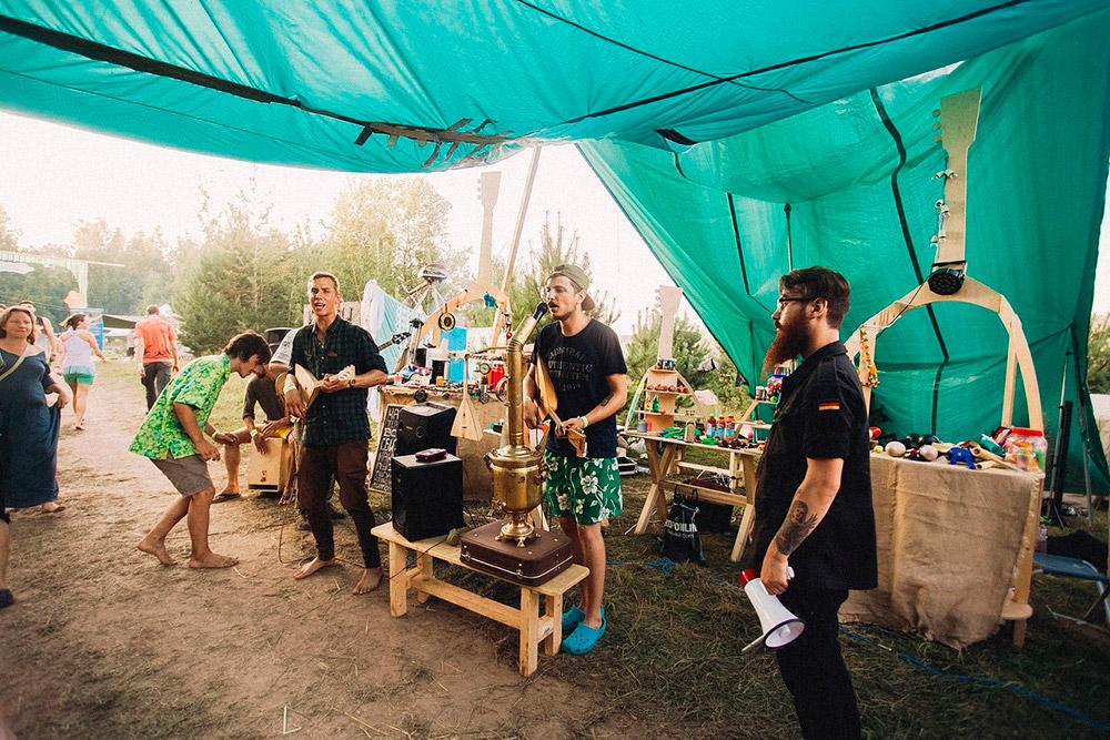 Самый большой выхлоп дает участие в музыкальных фестивалях, которые проходят в Подмосковье — «Дикая Мята», «FolkSummerFest», «Сказка» и «Доброфест». На одном таком событии за выходные герои могли продать 10 балалаек и заработать 100—120 тысяч рублей. На фото сотрудники мануфактуры выступают на «Сказке», проходившей в Подмосковье в 2017году