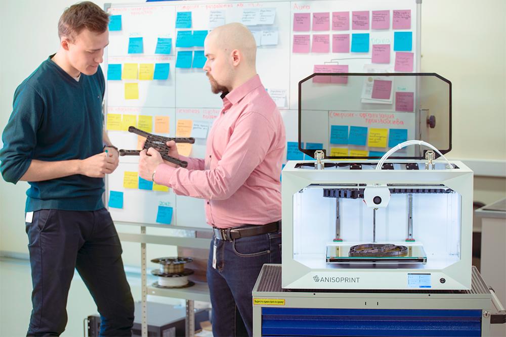 Заказчики разработали технологию 3Д-печати композитными материалами — то есть пластиком, армированным углеродным волокном, и пришли к нам за разработкой самого принтера. Получив его, они напечатали деталь сложной формы, чтобы проверить точность работы