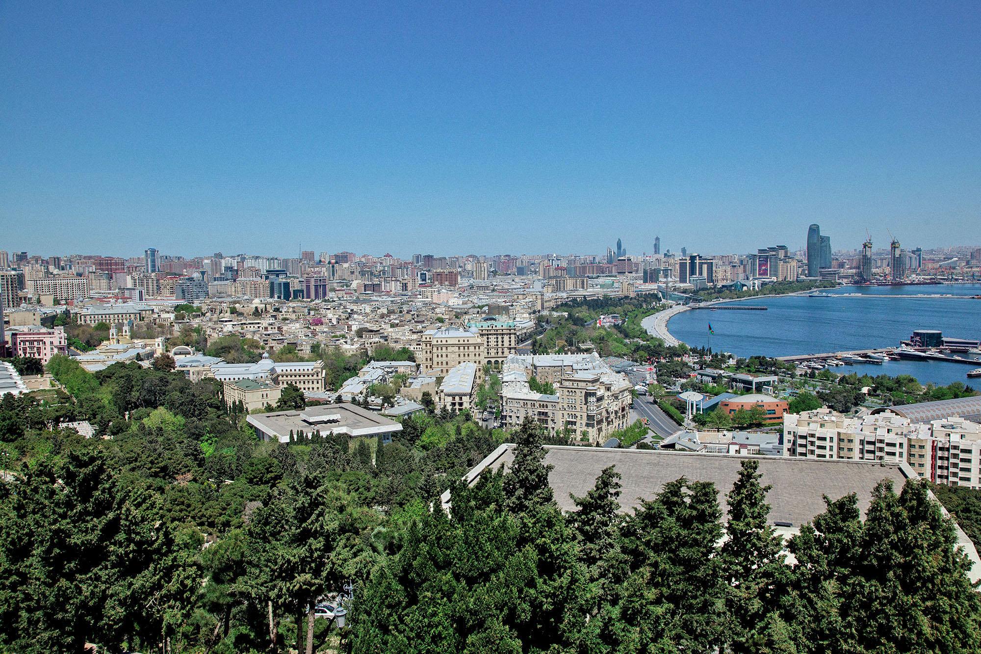 Рядом находится Нагорный парк, с которого открывается прекрасный вид на Баку. Подняться можно на фуникулере за 40 р. или бесплатно по лестнице