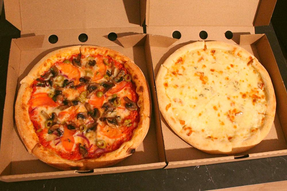 Нам хватает двух пицц по 25 см, чтобы поужинать