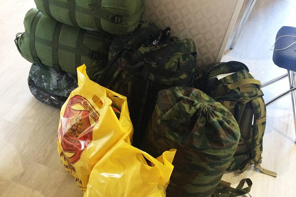 В сумках — спальные мешки и вещи на двоих, в пакетах — еда на завтраки