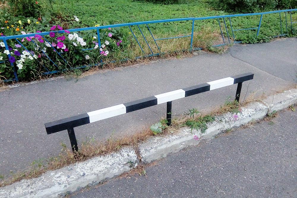 Такая конструкция не позволяет автомобилям парковаться на тротуаре