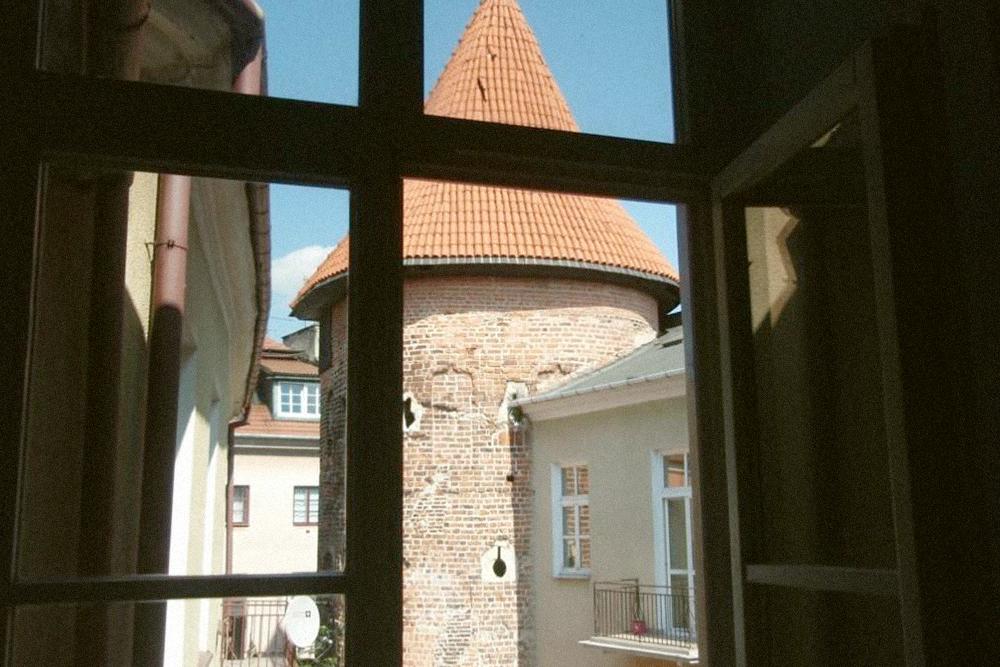 Нам сказали, что из окна будет видно башенку одного из замков. Но увидеть ее можно только из окна ресепшена. Фото: «Букинг»