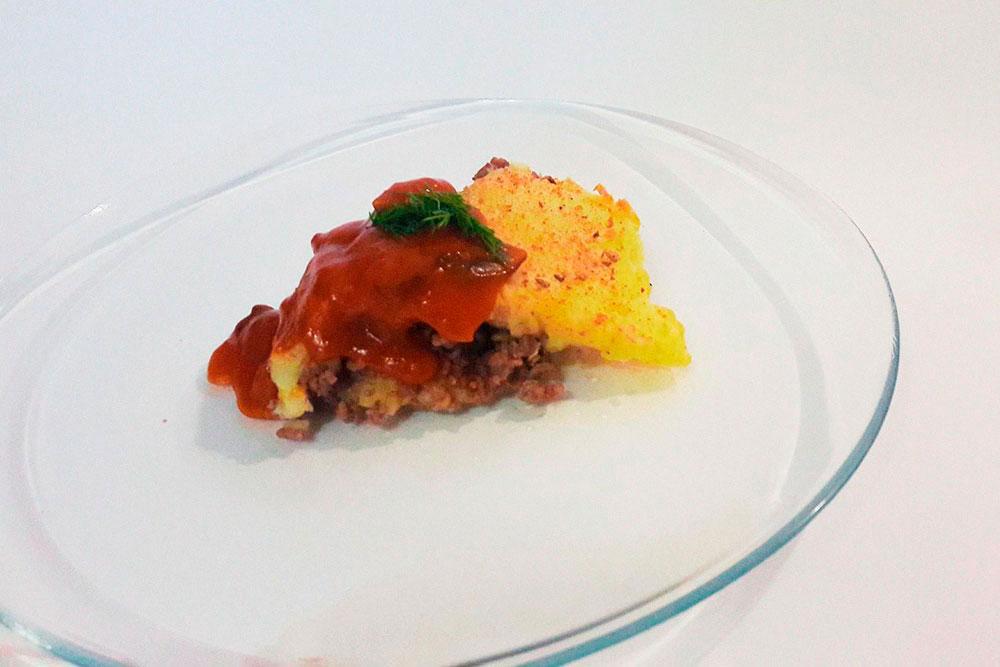 Картофельную запеканку с мясом и грибным соусом с томатами я готовила на экзамене
