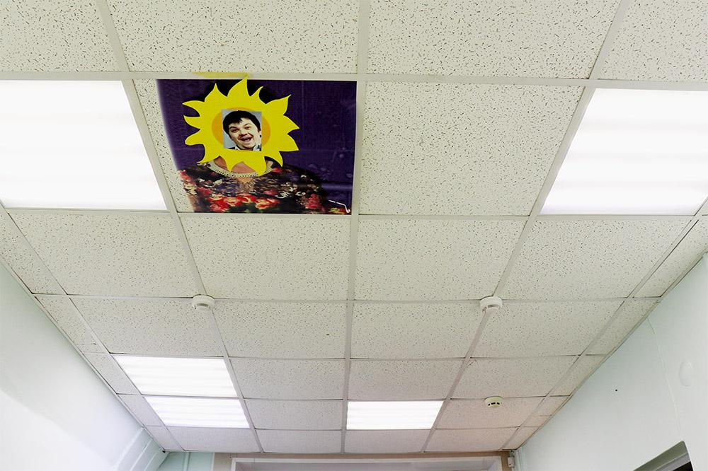 Однажды Тойво сказал сотрудникам: «Работайте, солнце еще высоко». На следующий день они повесили на потолке такой плакат