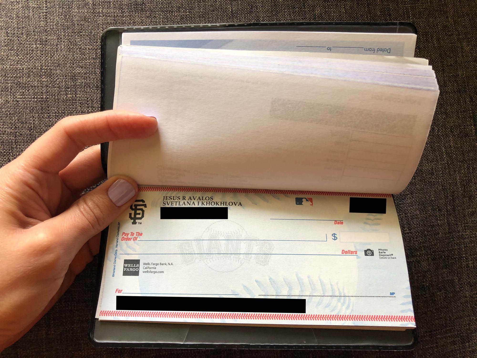 Мой муж заказал чеки с символикой его любимой бейсбольной команды SF Giants