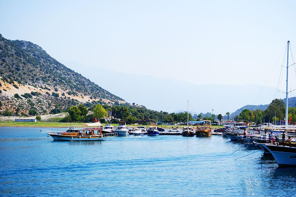 В минуте ходьбы от кемпинга была гавань. От нее отправлялись кораблики до Кековы — затонувшего античного города и крепости Симена на горе