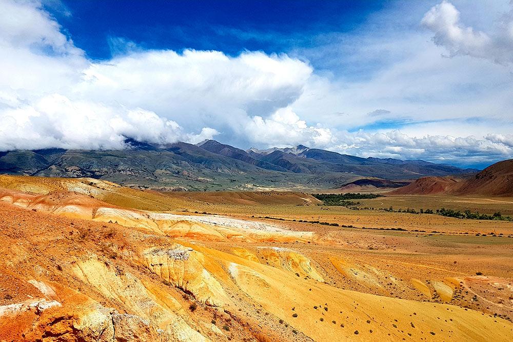 Цвет гор меняется в зависимости от освещения. За час пребывания здесь мы попали в пекло, в холод с градом и сносящим с ног ветром, и опять в пекло. Поэтому увидели «Алтайский Марс» во всех оттенках красного