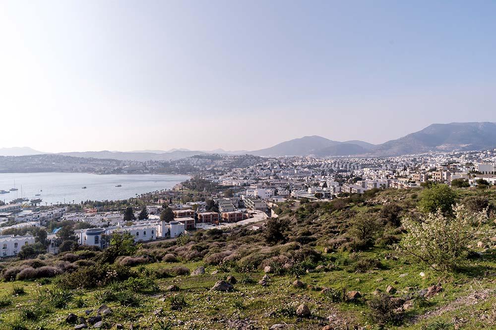 Бодрум называют самым греческим городом Турции: он весь выдержан в бело-голубой гамме. До острова Кос отсюда всего час на корабле, в свободный день мы даже туда сплавали. Фото: Edoardo Montaccini