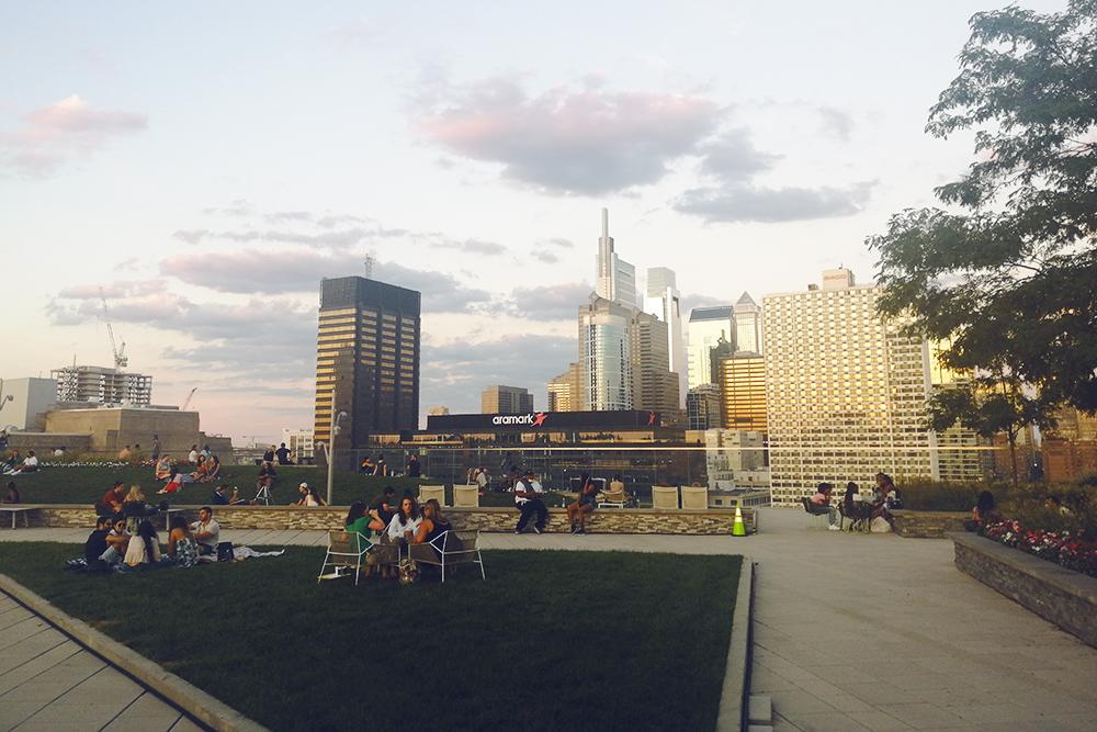 Одно из многих популярных мест в Филадельфии — пространство Sunset Social, расположенное на крыше. Там посетители могут заказать напитки и закуски, посидеть на траве, полюбоваться закатом и даже посмотреть бейсбол на большом экране