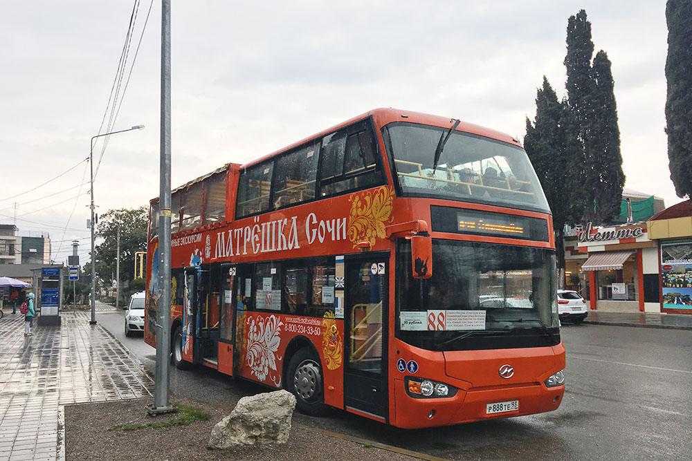 В межсезонье экскурсионный автобус работает как рейсовый и возит по Сочи от вокзала до Олимпийского парка за 80 рублей