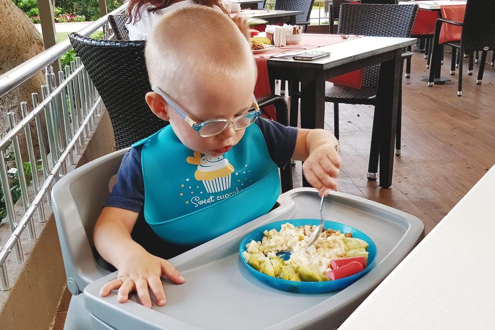 В детском ресторане для малышей была пластмассовая посуда — это удобно, ведь дети не всегда сидят за столом аккуратно. Силиконовый фартук мы привезли с собой