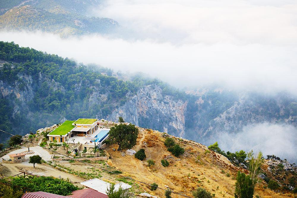 С террасы дома хозяев открывался красивый вид на горы